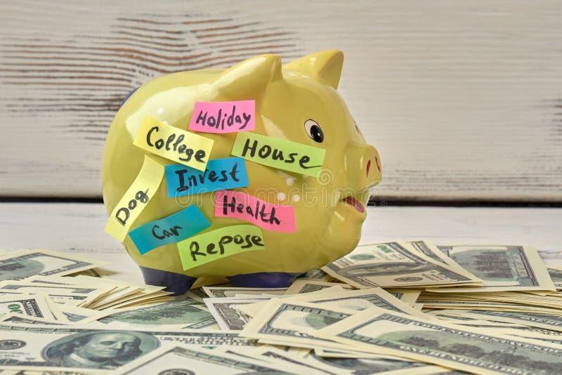 Moneybox y dinero del cerdo imagen de archivo