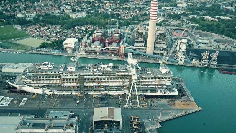 MONFALCONE WŁOCHY, SIERPIEŃ, - 9, 2017 Widok z lotu ptaka nowożytny statek wycieczkowy MSC Seaview w budowie przy Fincantieri obraz royalty free