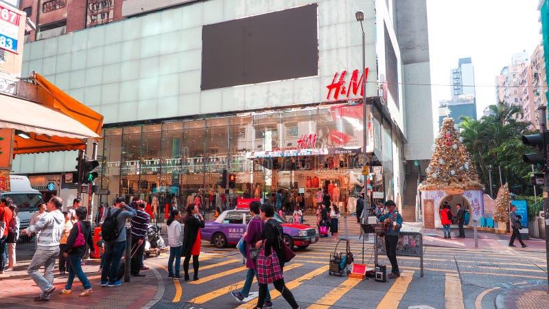 Mong kok - 11 Dec: Veel mensen die de weg kruisen, dichtbij H&M-manieropslag bij mong kok straat Hong Kong op 11 December 2016 stock fotografie