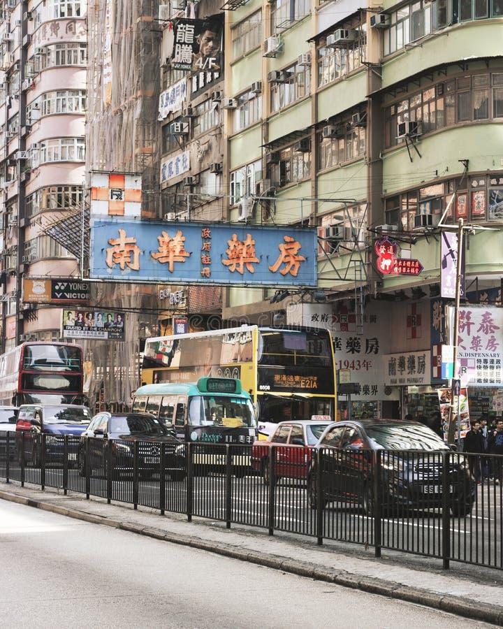 Mong Kok, Hong Kong: Coches, autobuses, tráfico, construcciones de viviendas, muestras fotos de archivo libres de regalías