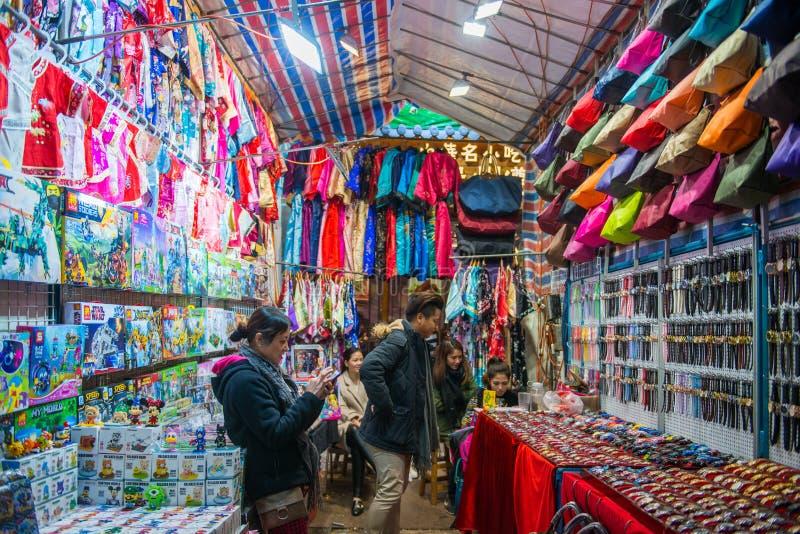 Mong Kok, Hong Kong - 11 de enero de 2018: Recuerdos en tienda en el chaval fotografía de archivo libre de regalías