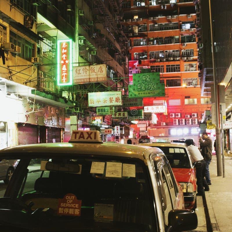 Mong Kok, Hong Kong en la noche: taxistas, luces de neón imagen de archivo libre de regalías