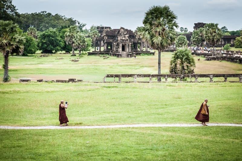 Monge budista ao tomar uma foto com iPad imagem de stock royalty free