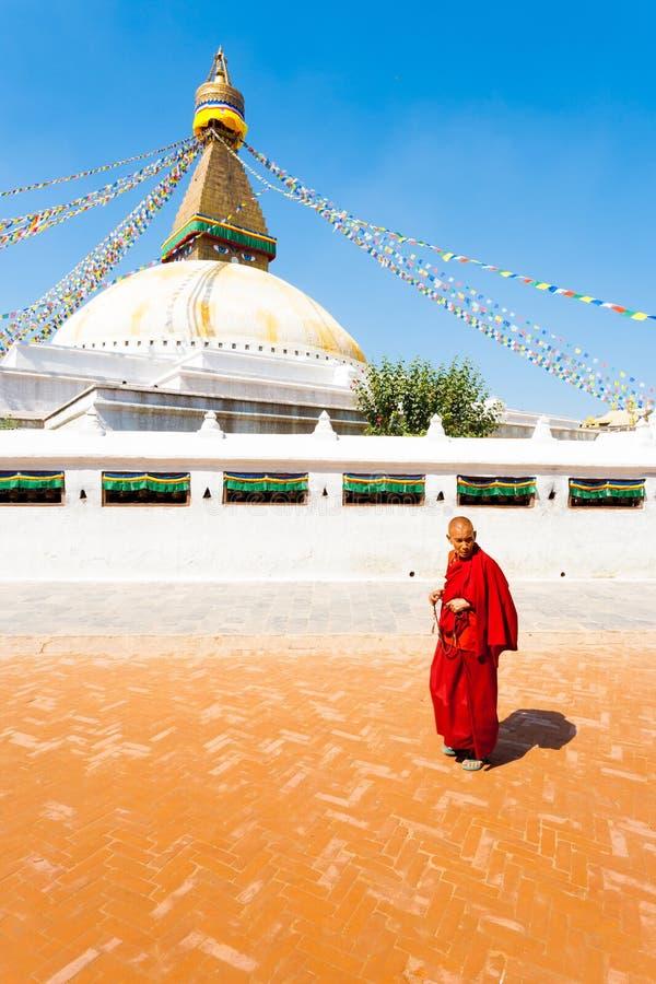 Monge budista Beads Walking de Boudhanath Stupa foto de stock