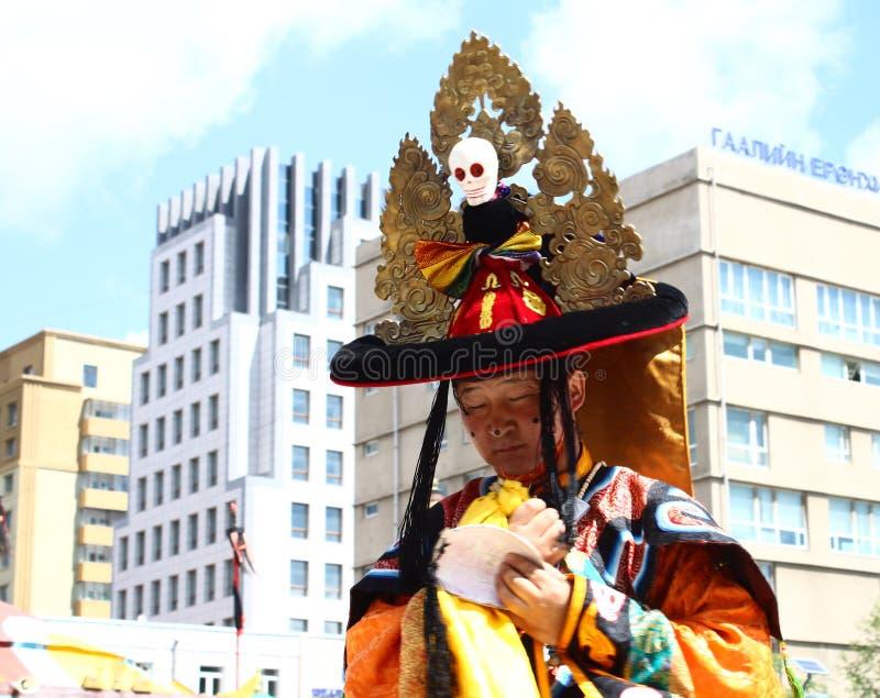 Monge budista do Mongolian no traje na dança tradicional do homem poderoso foto de stock royalty free