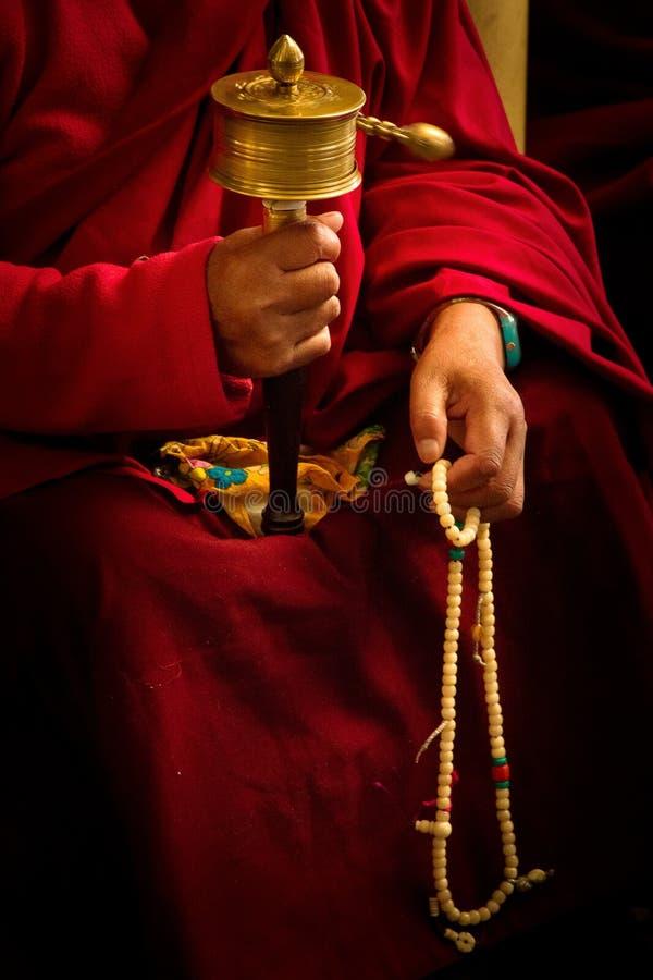 Monge budista e roda, templo de Dalai Lama, McLeod Ganj, Índia fotos de stock