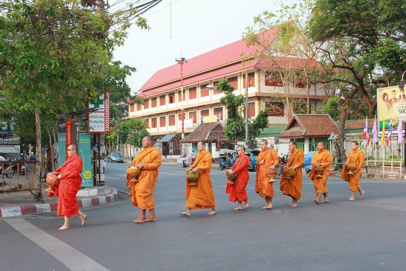 Monge budista editorial em Chiang Mai Tailândia na rua fotos de stock royalty free