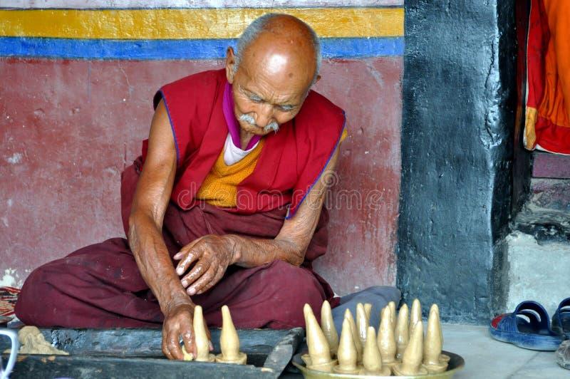 Monge budista idosa que prepara esculturas da manteiga fotos de stock