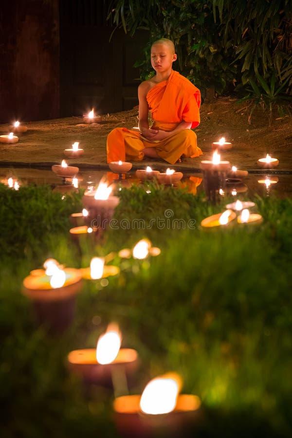 Monge budista que medita durante Loy Kratong Festival fotos de stock