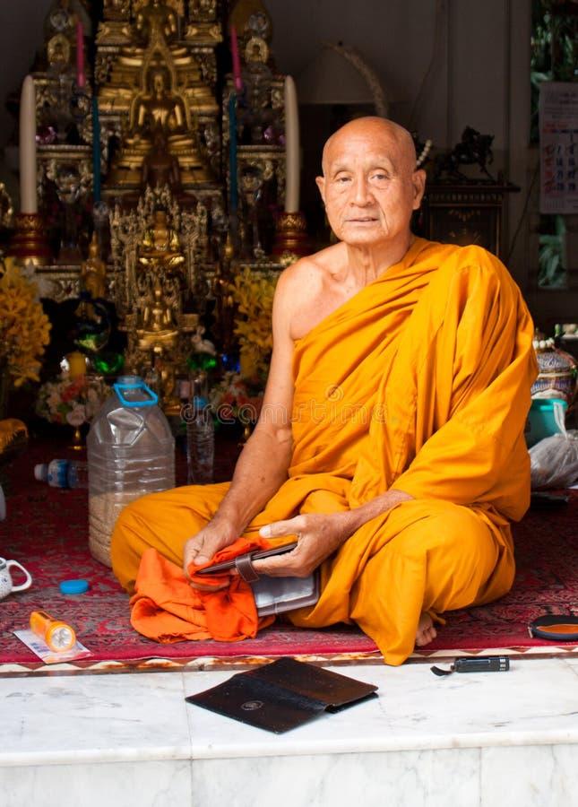 Monge de Buddist que senta-se no assoalho do templo fotografia de stock royalty free