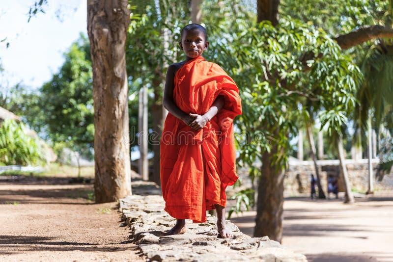 Monge do principiante no local sagrado de Mihintale, Sri Lanka imagens de stock