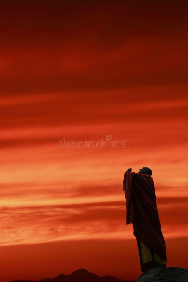 A monge em praying ao céu. fotografia de stock