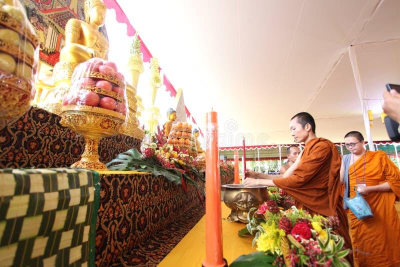 A monge está preparando-se para rezar no templo de Mendut antes da caminhada ao templo de Borobudur no dia de Vesak imagem de stock royalty free