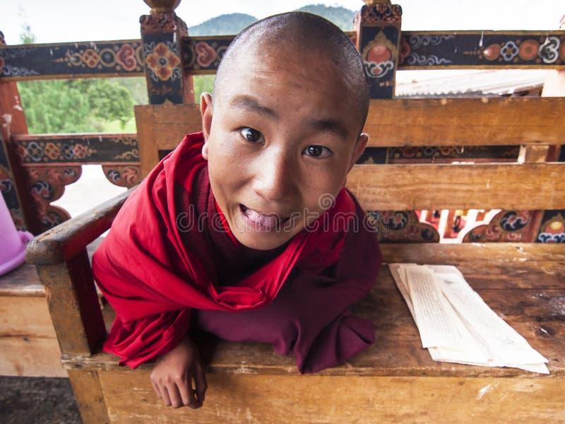 Monge feliz do principiante de Punakha Dzong, Butão fotos de stock
