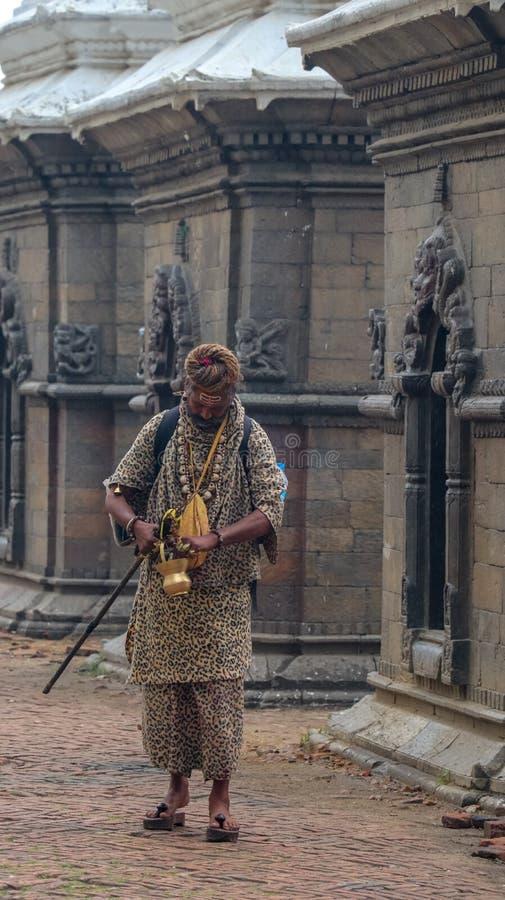 Monge hindu Sadhu que anda em torno do templo de Pashupatinath imagens de stock royalty free