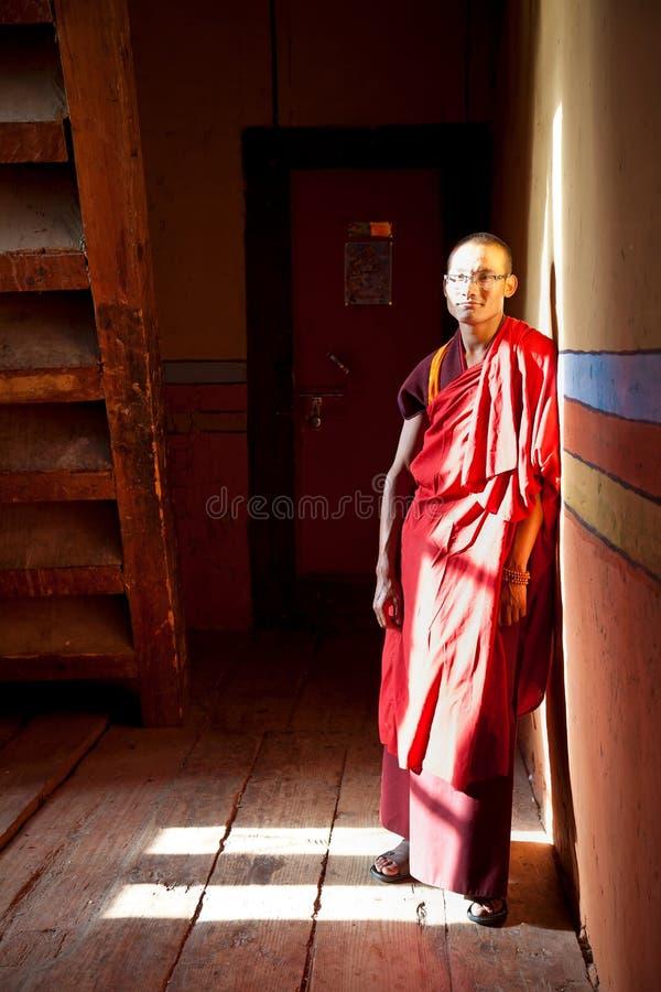 Monge, Jakar Dzong ou monastério Jakar Bumthang Butão fotografia de stock royalty free
