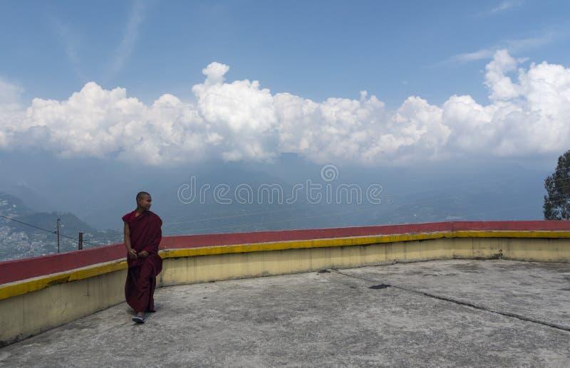 Monge no terraço do monastério de Rumtek perto de Gangtok, Sikkim, Índia imagem de stock