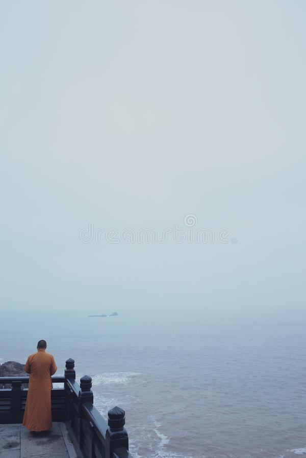 Monge que chanting no lago fotografia de stock royalty free