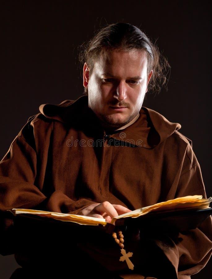 Monge que lê a Bíblia imagens de stock royalty free