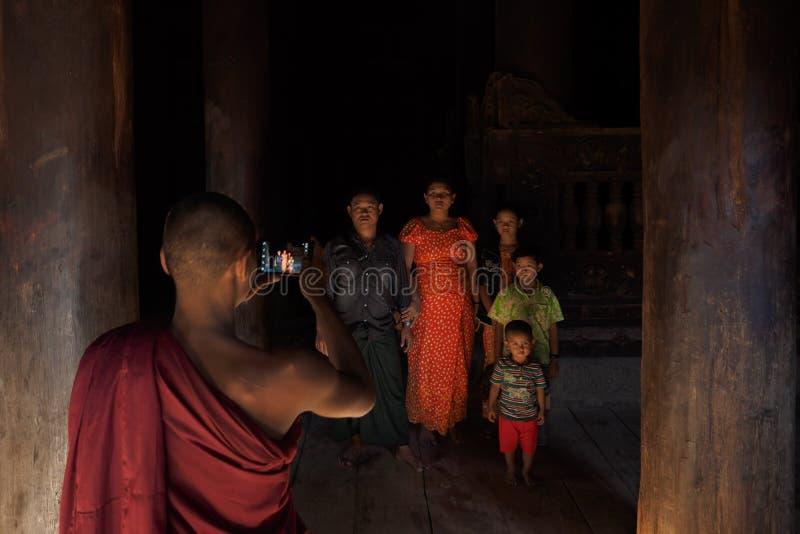 Monge que toma a foto da família em Myanmar fotos de stock