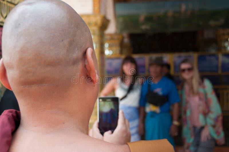 Monge que toma a foto do turista imagens de stock