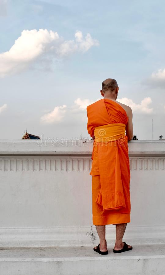 A monge tailandesa está pelo lado do rio foto de stock royalty free