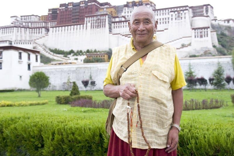 Monge tibetana na frente do palácio de Potala fotografia de stock