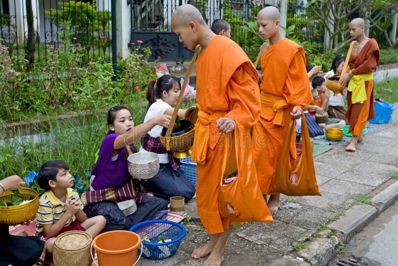 Monges Buddhistic em Luang Prabang, Laos imagens de stock royalty free