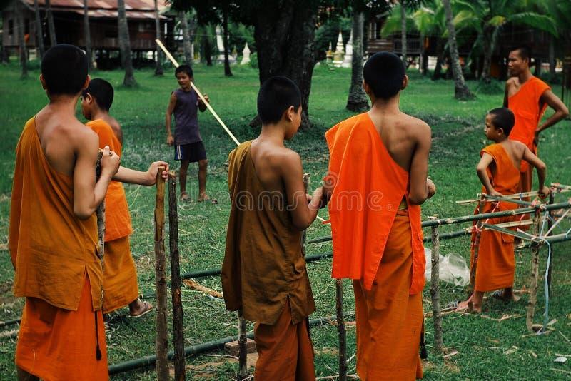 monges budistas do theravada novo que constroem uma estrutura de bambu no jardim do monastério fotos de stock