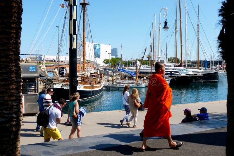 Monges budistas em f?rias em Barcelona no porto fotos de stock royalty free