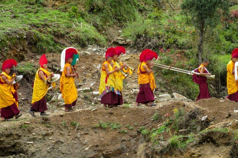 Monges budistas na celebração da cerimônia no templo de Nepal fotografia de stock