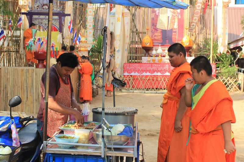 Monges budistas no templo de Wat Phan Tao, Chiang Mai, Tailândia foto de stock