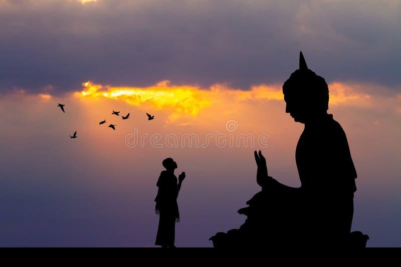 Monges budistas no templo no por do sol imagens de stock