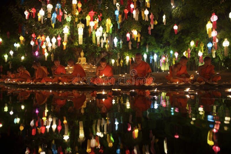 Monges budistas novas Loy Krathong Ceremony Thailand fotografia de stock royalty free