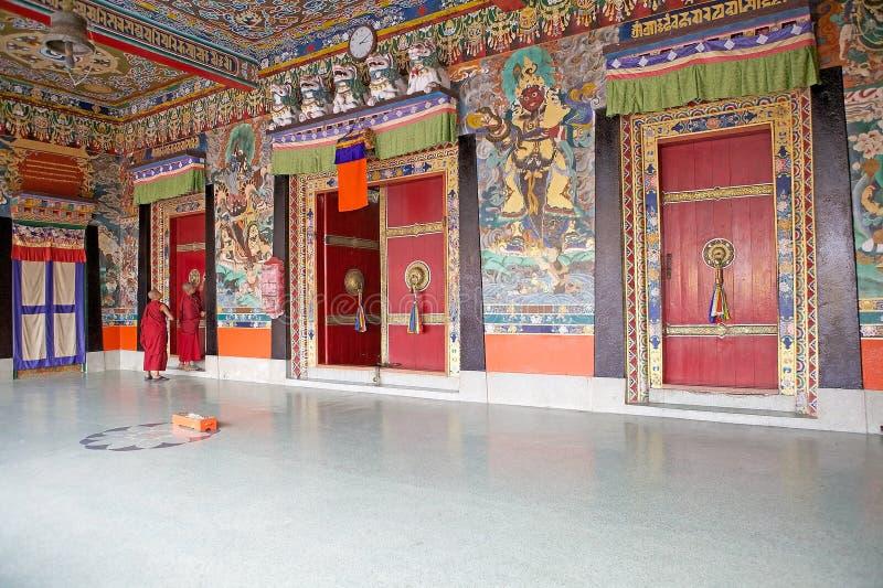 Monges budistas novas no monastério de Rumtek, Sikkim, Índia fotografia de stock royalty free