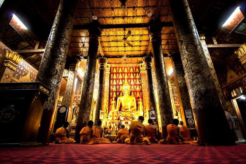 Monges budistas que rezam em Wat Mail durante o La de Vesak Luang Prabang fotos de stock