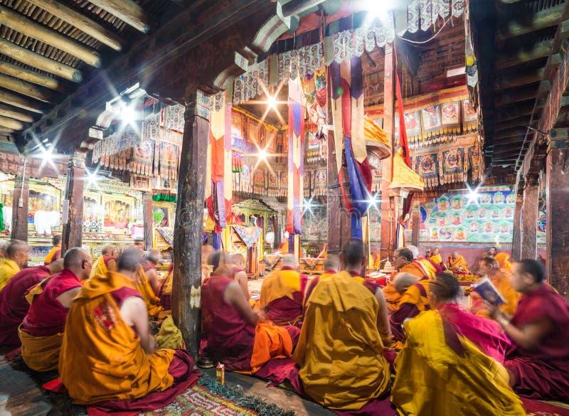Monges budistas que rezam no monastério de Thiksay fotografia de stock