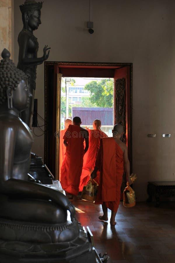 Monges de um templo budista em Banguecoque, Tailândia fotos de stock royalty free