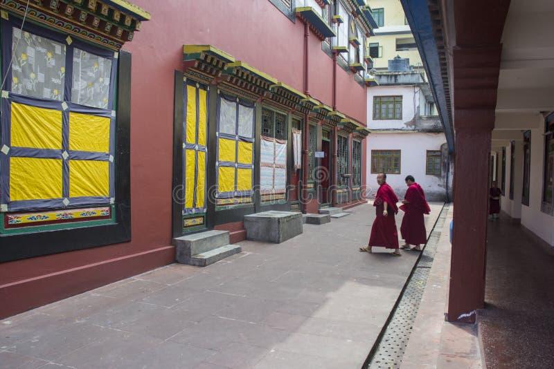 Monges dentro do monastério de Rumtek perto de Gangtok, Sikkim, Índia imagens de stock royalty free