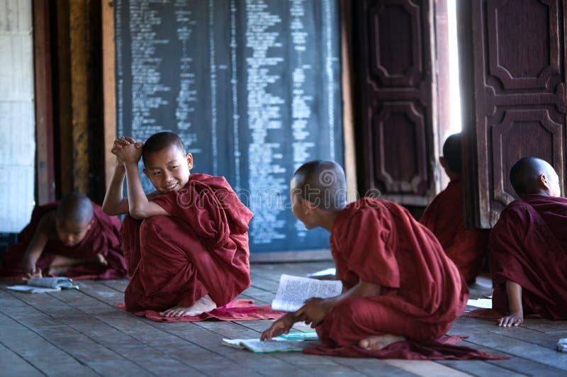 Monges do principiante no Shwe Yan Pyay Monastery, Myanmar foto de stock royalty free