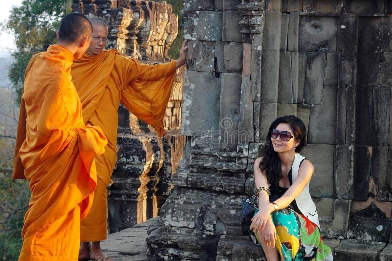 Monges e viajante em Cambodia foto de stock