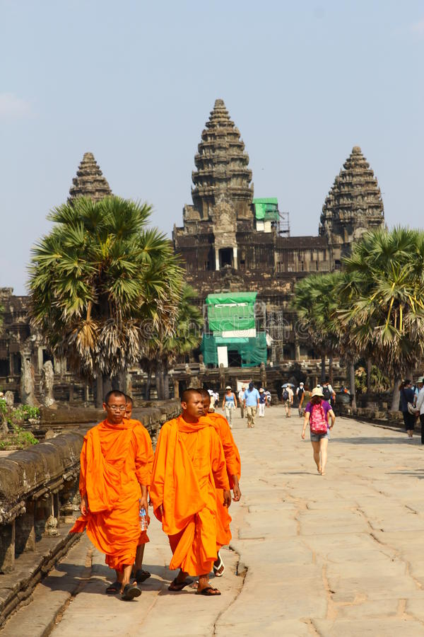 Monges em Angkor Wat fotografia de stock royalty free