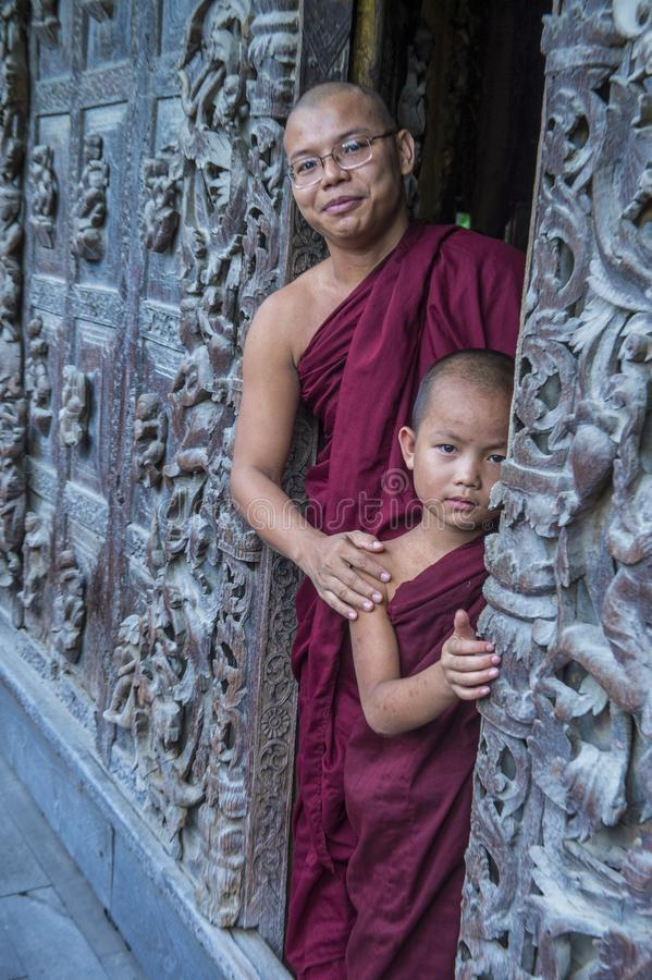 Monges no monastério de Shwenandaw em Mandalay, Myanmar foto de stock royalty free