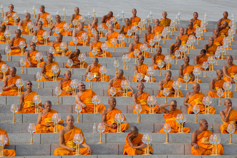 Monges tailandesas durante a cerimônia budista Magha Puja Day em Wat Phra Dhammakaya em Banguecoque, Tailândia imagens de stock royalty free