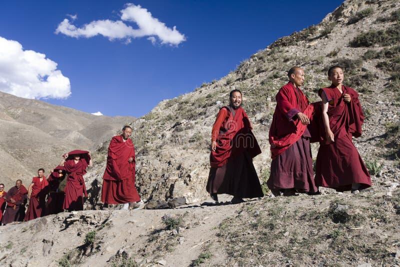 Monges tibetanas - monastério de Ganden - Tibet imagem de stock