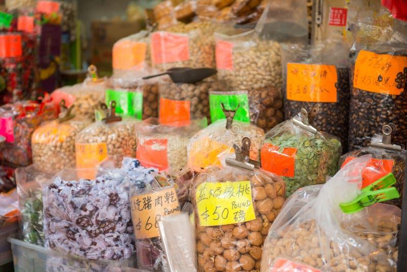 Mongkok, Hong Kong - 24 de septiembre de 2016: Frutos secos y secado fotografía de archivo libre de regalías