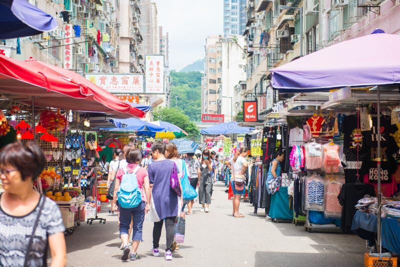 Mongkok, Hong Kong - 24 de septiembre de 2016: Tienda en el día s que camina imágenes de archivo libres de regalías