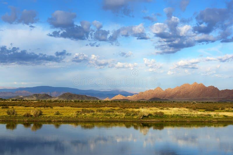 Mongoła krajobraz z jeziorem i górami fotografia royalty free