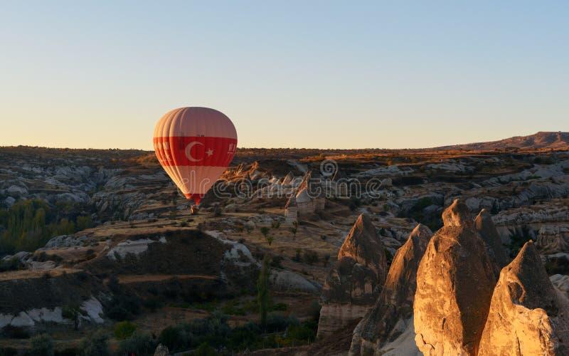 Mongolfiera che sorvola valle all'alba Cappadocia La Turchia immagine stock libera da diritti