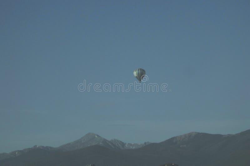 Mongolfiera con paesaggio della montagna fotografia stock
